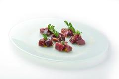Gros morceaux de thon de rawbluefin en sauce et persil à ravigote Photographie stock libre de droits