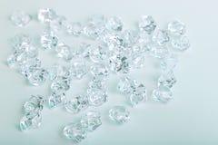 Gros morceaux en verre dispersés de diamant sur un fond blanc Photos libres de droits