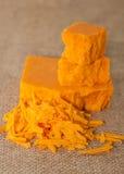 Gros morceaux et grilles de fromage de cheddar Photo stock