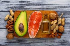 Gros saumons sains, avocat, huile, écrous Photographie stock libre de droits