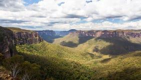 Grose dal i blåa berg Australien Arkivbild