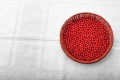 Groseille rouge dans un panier brun sur un fond argenté Régimes nutritifs délicieux Baies rouges mûres saines photographie stock