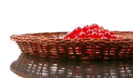 Groseille rouge dans un panier en bois sur un fond blanc Un groupe de baies rouges Baies aigres et juteuses pour des régimes d'ét images stock