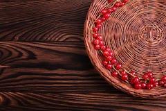 Groseille rouge sur un fond en bois de table Un panier des baies rouges mûres Ingrédients sains et naturels Copiez l'espace Image libre de droits