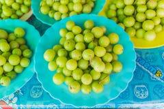 Grosella espinosa india fresca que vende en el mercado tailandés local Fotografía de archivo libre de regalías