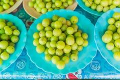 Grosella espinosa india fresca que vende en el mercado tailandés local Fotos de archivo
