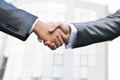 Grossbetrieb-Abkommen gegen das builing Büro Lizenzfreies Stockbild