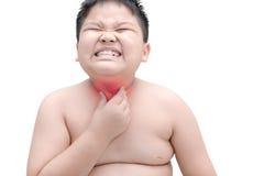 Grosse éraflure obèse de garçon le démangeaison avec la main, irritation de gorge, OIN photos stock