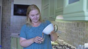 Grosse cuisine de femme banque de vidéos