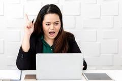 Grosse femme d'affaires asiatique s'asseyant et pensant nouvelles idées photo stock