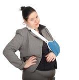 Grosse femme d'affaires avec la main cassée images libres de droits