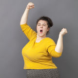 Grosse femme de la danse 20s exprimant le bonheur Images libres de droits