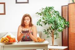 Grosse femme s'asseyant à la maison de table Images libres de droits