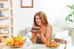 Grosse femme s'asseyant à la maison de table Photographie stock libre de droits