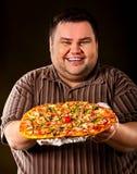 Grosse pizza mangeuse d'hommes d'aliments de préparation rapide Petit déjeuner pour la personne de poids excessif Photos stock