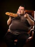 Grosse pizza mangeuse d'hommes d'aliments de préparation rapide Petit déjeuner pour la personne de poids excessif Photographie stock libre de droits