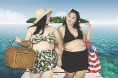 Grosses femmes marchant sur le pont en bois Image libre de droits