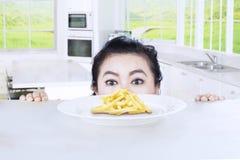 Grosses pommes frites de piaulement de femme Photo stock