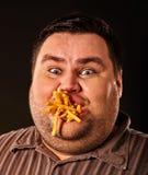 Grosses pommes frites mangeuses d'hommes d'aliments de préparation rapide pour la personne de poids excessif Images stock