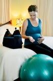 Grossesse - contraction de mesure de femme enceinte images stock