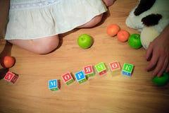 Grossesse et cubes dans les mots Photos stock
