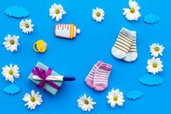 Grossesse et préparation pour l'accouchement Essai de grossesse près des fleurs sur la vue supérieure de fond bleu Photographie stock libre de droits
