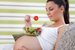 Grossesse saine mangeant de la salade images libres de droits