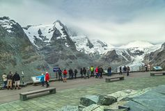 """Grossglockner, †de Áustria """"27 de julho de 2017: Povos que apreciam vista surpreendente da geleira Grossglockner com picos de m Imagem de Stock"""