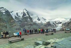"""Grossglockner, Österreich-†""""am 27. Juli 2017: Leute, die erstaunliche Ansicht des Gletschers Grossglockner mit schneebedeckten  Stockbild"""