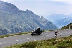 Grossglockner, Österreich, am 23. Juli 2015: Radfahrer und Motorradfahrer O Lizenzfreies Stockbild