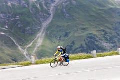 Grossglockner, Austria, el 23 de julio de 2015: Ciclista en el camino ascendente, Ea Fotografía de archivo