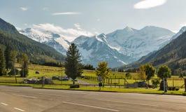 Grossglockner hög alpin väg i österrikiska fjällängar Arkivbilder