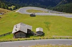 Grossglockner Hochalpenstrasse met plattelandshuisje en schuren royalty-vrije stock foto's