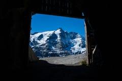 Grossglockner, il più alta montagna in Austria come visto da un tunnel Immagini Stock Libere da Diritti