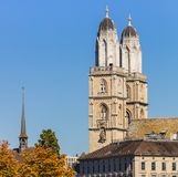 Grossmunster大教堂的塔在市苏黎世, Swit 免版税库存图片
