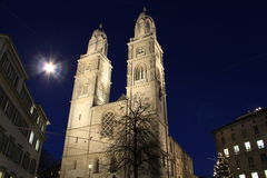 Grossmunster大教堂苏黎世在夜之前 免版税图库摄影