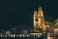 Grossmunster教会看法在苏黎世老镇,在利马特河的河边,瑞士苏黎士 图库摄影