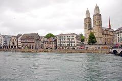 Grossmunster教会都市风景视图在瑞士苏黎士 库存照片