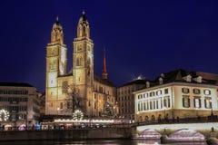 Grossmunster большой собор на ноче, Цюрих, Швейцария Стоковое Изображение RF