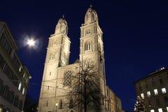Grossmunster domkyrka Zurich vid natt Royaltyfri Fotografi