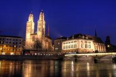 Grossmunster en el crepúsculo, Zurich, Suiza fotos de archivo libres de regalías