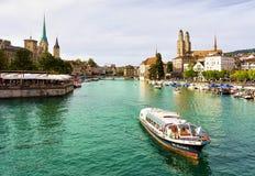 Grossmunster St Peter и Fraumunster и шлюпки на Limmat Цюрихе стоковые фотографии rf