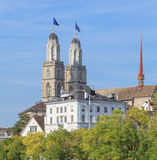 Grossmunster torn som dekoreras med Zurich flaggor Arkivfoton