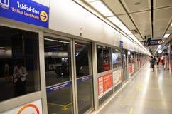 Grossstädtische U-Bahnbahnstation der schnellen Durchfahrt (MRT) in Bangkok Stockbilder