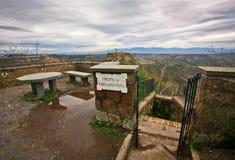 Grot dichtbij het stad-kasteel op de rots civita-Di-Bagnoredgio Royalty-vrije Stock Foto's