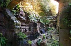 Grot en watervallen in HEVER-park. Stock Afbeeldingen
