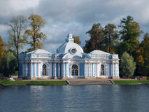 Grot op de kust van Grote Vijver in Tsarskoye Selo Stock Foto's
