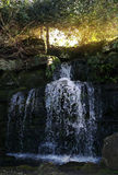 Grot und Wasserfälle in HEVER-Park. Stockbild