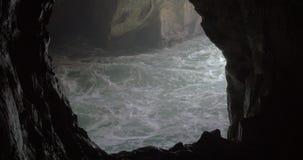 Grota i szorstki morze przy Rosh Hanikra zbiory wideo