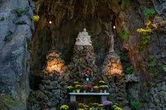 Grota, jest świątynią lokalizować w Madison Południowym okręgu Portland Katolickim plenerowym sanktuarium i, Oregon, Stany Zjedno obrazy royalty free